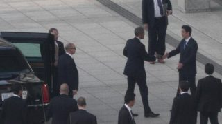 安倍首相と握手するオバマ前大統領