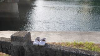 川辺に揃えてあった靴