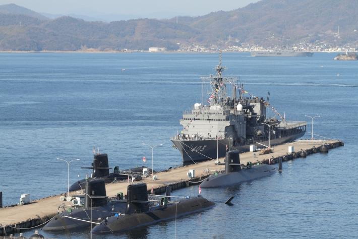 """""""ちはや""""と潜水艦、後ろには""""しもきた""""が"""