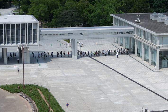 平和資料館に並ぶ人たち