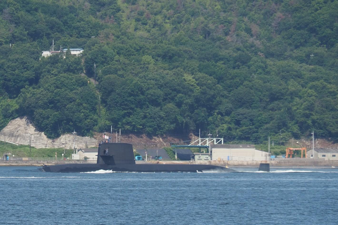 海上をすすむ潜水艦